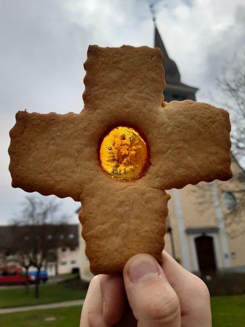 Oster-Kreuze mit Lichtfenster selber backen!