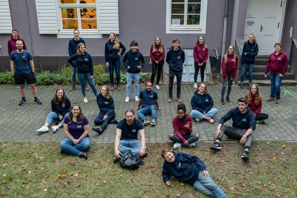 Gruppenbild von Jugendlichen mit Coronaabstand