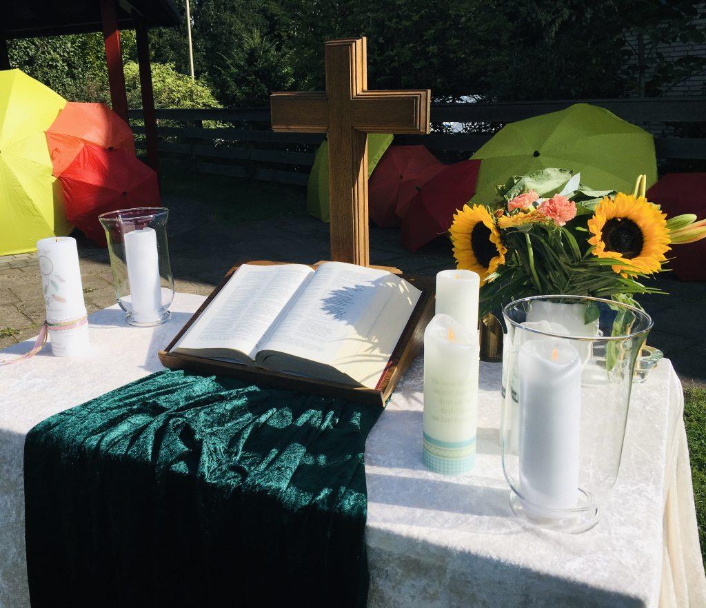 Altar mit Taufkerzen