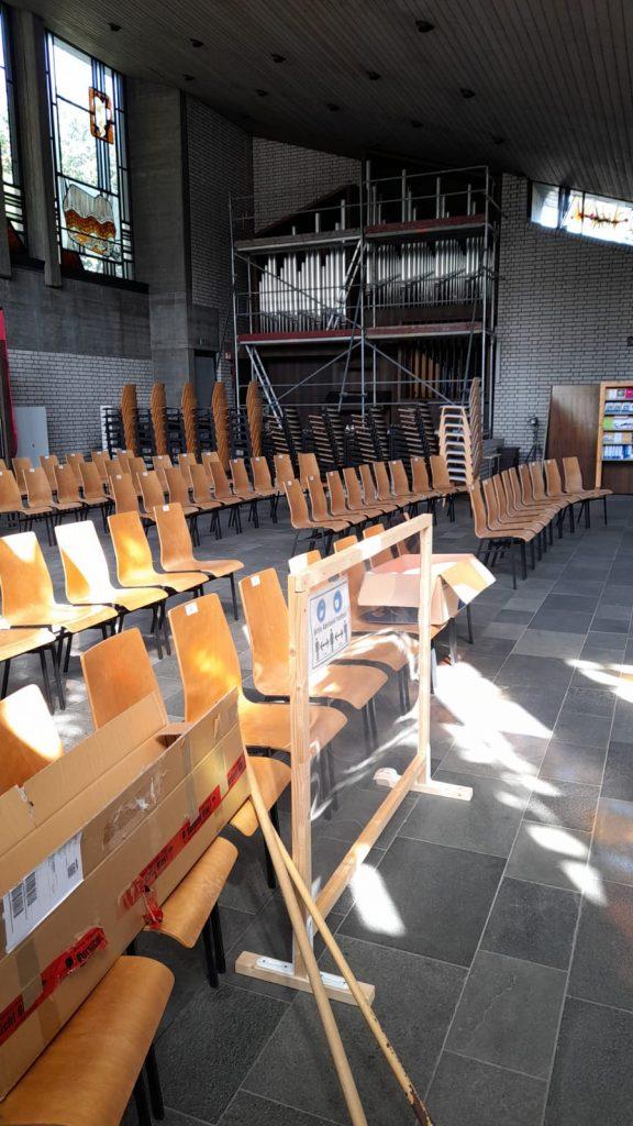 Eingehauste Orgel von fern