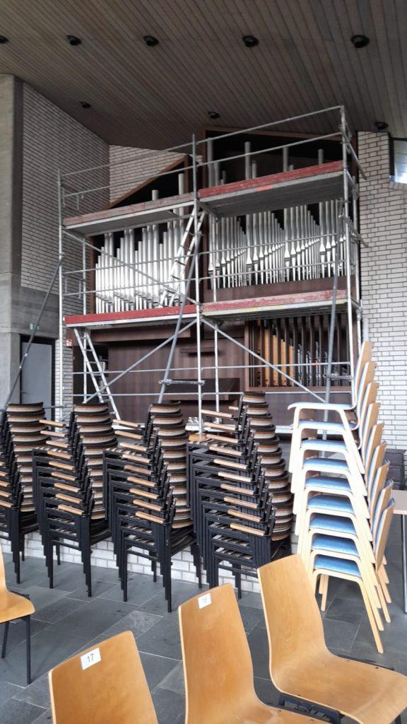 Gerüst um die Orgel von nah